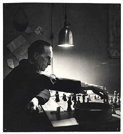 Marcel_Duchamp_playing_chess_(photo_by_Kay_Bell_Reynal,_1952)